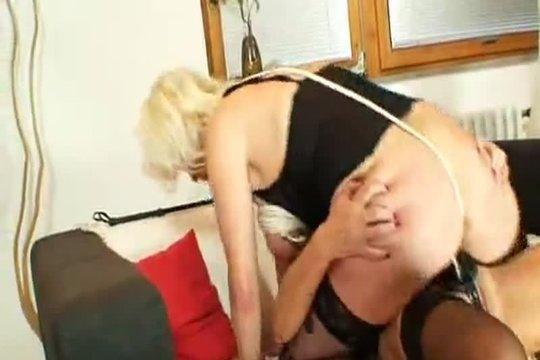 Зрелая лесбиянка трахает любовницу страпоном