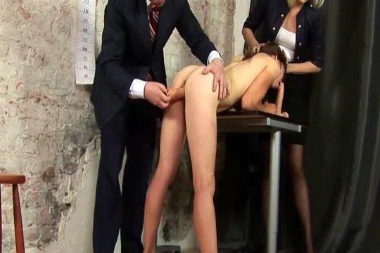 Босс и его секретарша заставили сотрудницу раздеться и издеваются над ней как только можно