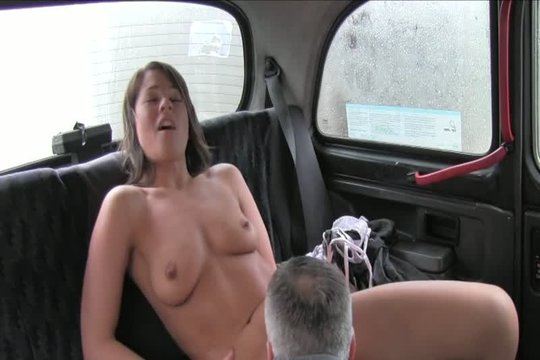 Водитель вылизал брюнетке мокренькую киску