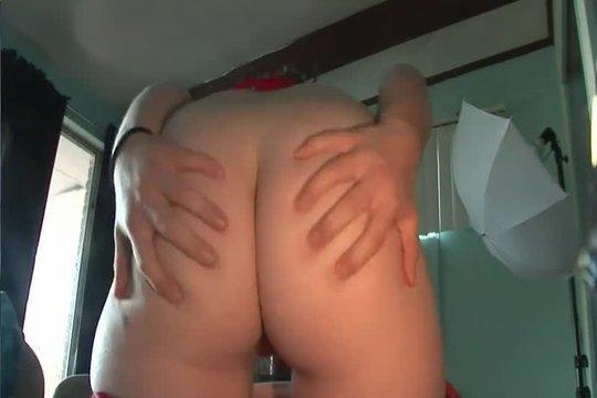Горячая брюнетка показала задницу пикаперу