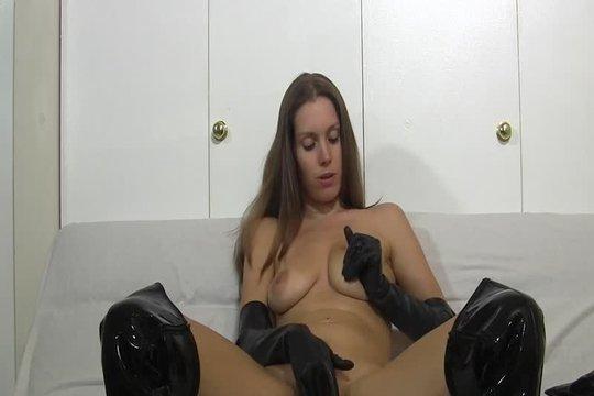 Известная веб-модель Lelu Love мастурбирует перед камерой