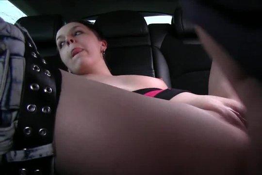 Водитель ебет сексапильную брюнетку прямо в машине