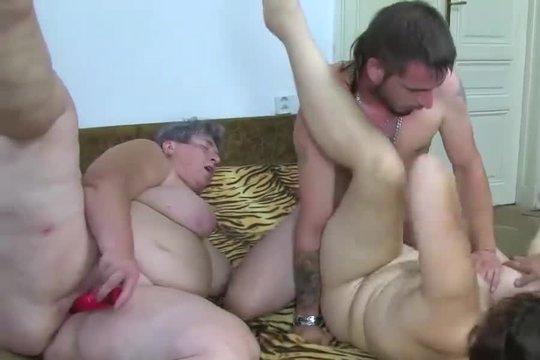 Парни выебали красивую брюнетку и заодно присунули ее толстой зрелой мамаше