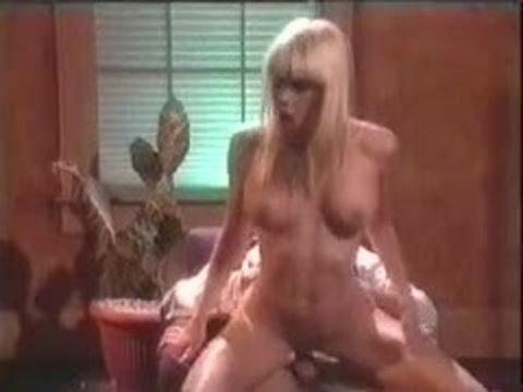 Ретро порно: грудастые сучки горячо трахаются с парнями и занимаются лесбийским сексом