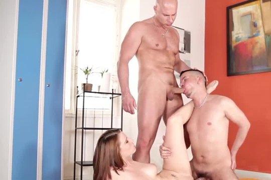 Девушка готова разделить удовольствие с двумя бисексуалами