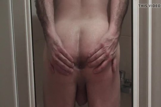 Мужик моется голышом в душе и показывает аппетитный зад