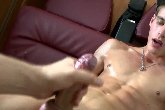 Пассивный гомик дрочит милому другу большой пенис