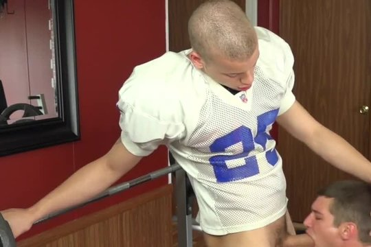 Молодые геи футболисты перепихнулись прямо в спортзале