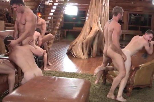 Горячие гомосексуальные парни трахают друг друга в попку во время гей-оргии