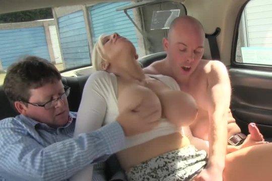 Таксистка устроила групповушку с двумя симпатичными клерками прямо в машине