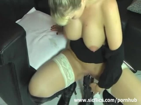 Грудастая блонда в чулках скачет на гигантском самотыке