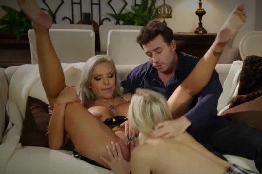 Джеймс Дин устроил групповушку с двумя блондинками