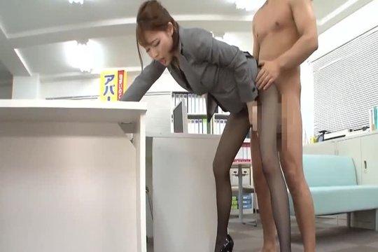 Босс ебет симпатичную азиатку раком прямо в офисе