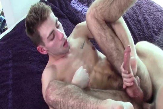 Прдюсер ебет красивого гея на порнокастинге