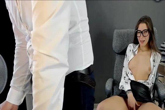Красивая брюнетка дрочит за спиной у коллеги по офису