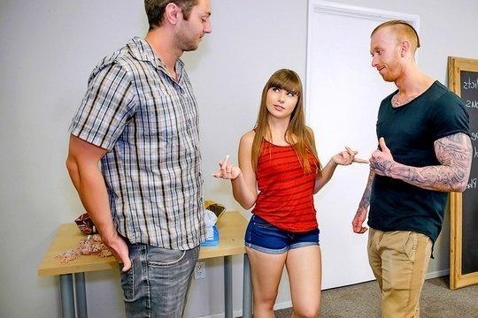 Молодая сексоголичка Luna Rival насладилась жаркой еблей с двумя парнями сразу на анонимной встрече