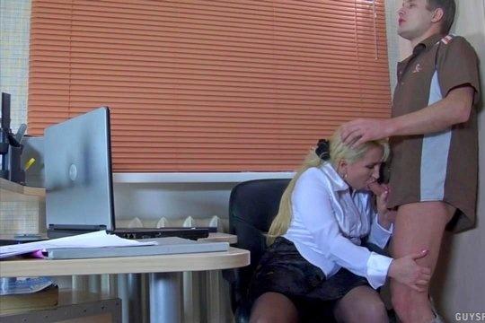 Зрелая секретарша ебется в киску и глотает сперму русского курьера в офисе