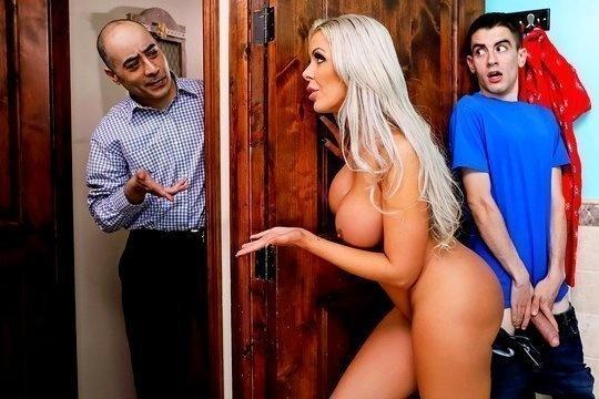 Грудастая блондинка Nina Elle тайком от мужа трахается с массивным членом его сына