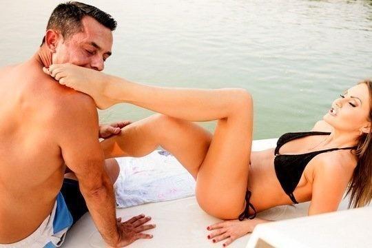 Мужик наконец дождался выходного дня и трахнул проститутку на яхте