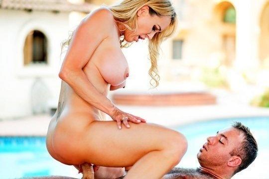 Сочная богатая милфа трахается с массажистом в пизду у бассейна