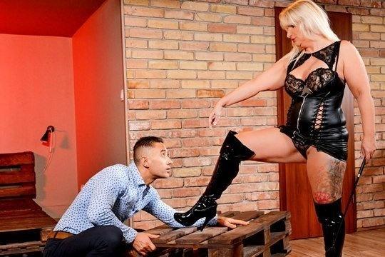 Зрелая госпожа Anna Valentina заставляет парня лизать ей ноги перед тем, как заняться вагинальным сексом