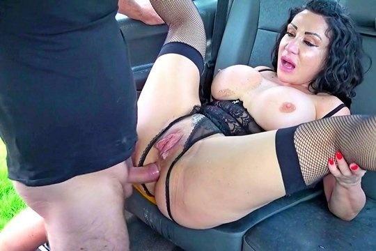 Таксист жестко выебал в очко и большую пизду зрелую шлюху Nicole Dupapillon