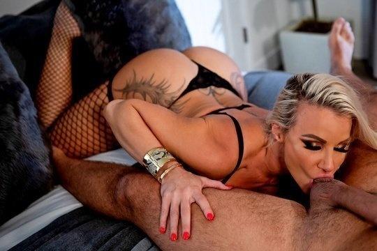 Мужик вызвал домой сочную зрелую проститутку и выебал ее большим членом