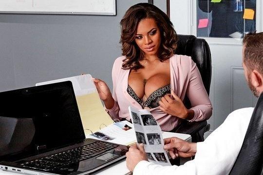 Негритянка-секретарша соблазнила своего начальника на межрасовое порево в офисе