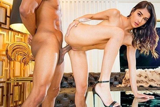 Элитная проститутка с тощим телом ебется с богатым негром