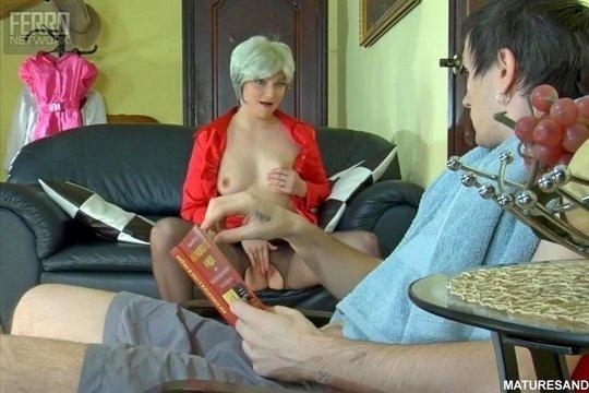 Похотливая русская тетка соблазняет племянника на секс вечерком
