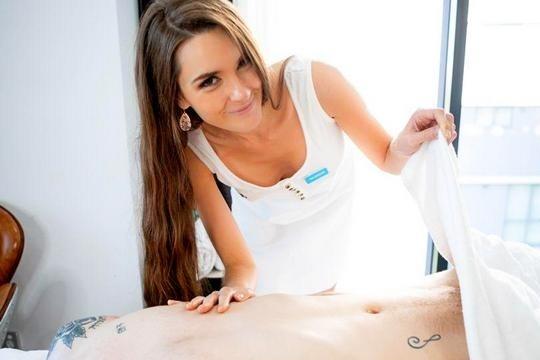 Молодая массажистка Charlotte Star возбуждается от вида большого мужского члена