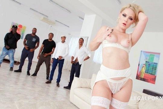 Секси мама Lisey Sweet в кружевном белье горячо ебется в попку с толпой негров