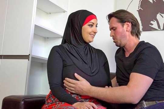 Мусульманская жена Krystal Swift всегда готова ебаться и сосать массивный член мужа