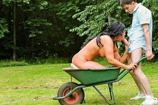 Садовник трахнул зрелую соседку большим хуем на свежем воздухе