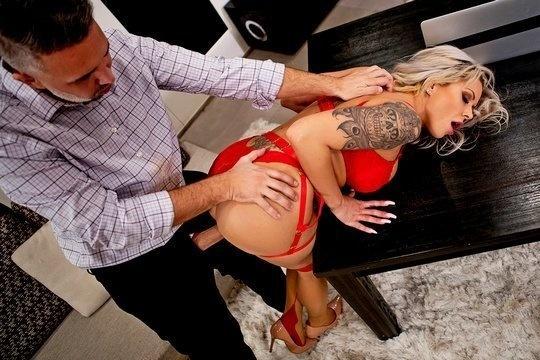 Парень трахнул шикарную жену своего босса в пизду