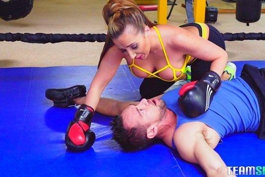 Зрелая шлюшка случайно вырубила тренера по боксу и потрахалась с ним в знак извинения