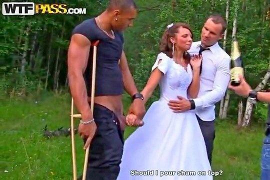 Пьяную невесту русские дружки жениха жестко поимели в лесу, пустив по кругу
