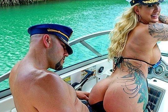 Зрелая татуированная шлюшка отдалась капитану яхты в жопу