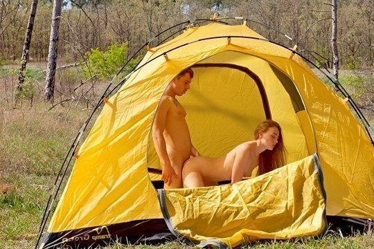 Парень позвал однокурсницу на страстный секс на природу и выебал ее в палатке