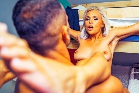 Киллер жестко трахает грудастую хозяйку хостела Kathy Anderson