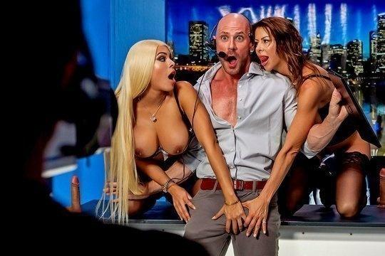 Озабоченные телки Alexis Fawx и Luna Star в прямом эфире занялись групповым сексом с продюсером