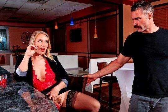 Усатый хрен жестко пердолит в волосатую пилотку блондинку Bailey Brooke в туалете бара