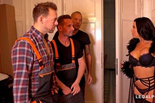 Развратная мамочка Veronica Avluv расплачивается анальной дырой с бригадой строителей