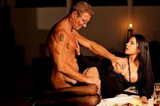 Мужчина жестко трахает грудастую возлюбленную Mariska на обеденном столе