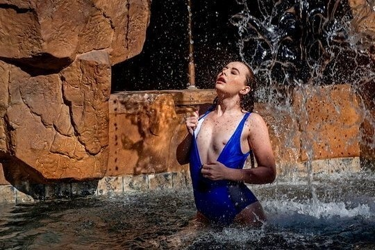 Брюнетка дала мускулистому негру после плавания в бассейне