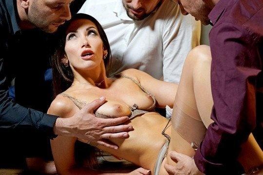 Три мужика качественно ебут похотливую брюнетку Clea Gaultier в презервативах
