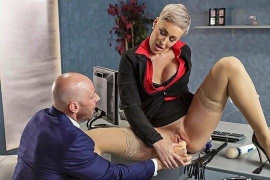 Сексапильная директорша Ryan Keely тестирует новые секс игрушки в кабинете