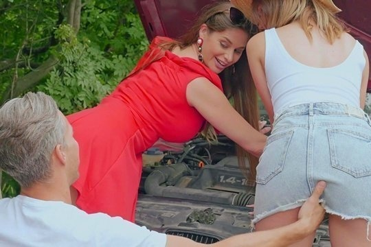 Ошалевшие мама и дочка Alice и Cathy Heaven отблагодарили мужика за помощь страстным сексом